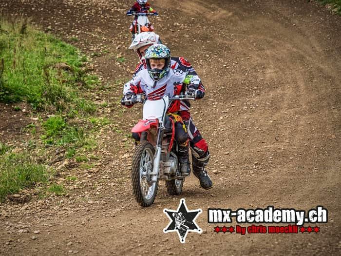 Kinder-Motocross Schweiz, fahren lernen auf der Strecke, die ersten Runde mit Unterstützung vom Trainer