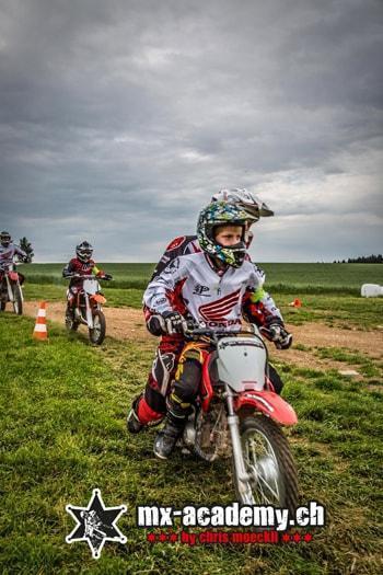 Kindermotocross Schweiz erste Schritte lernen auf einer Kindercross Maschine